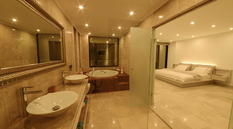 Villa Ozma Jacuzzi bath and bedroom